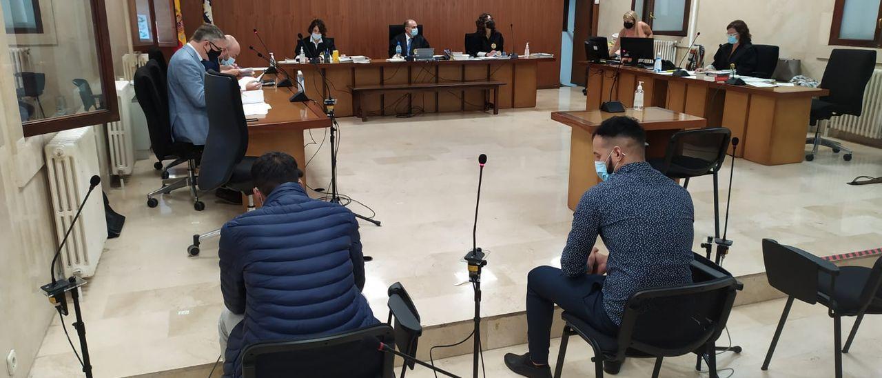 Los dos acusados, hoy durante el juicio en la Audiencia.