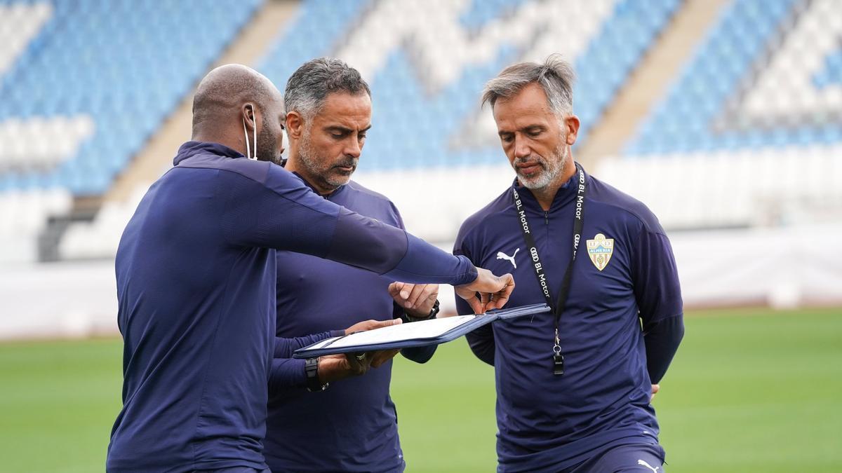 Jose Gomes junto a sus ayudantes.