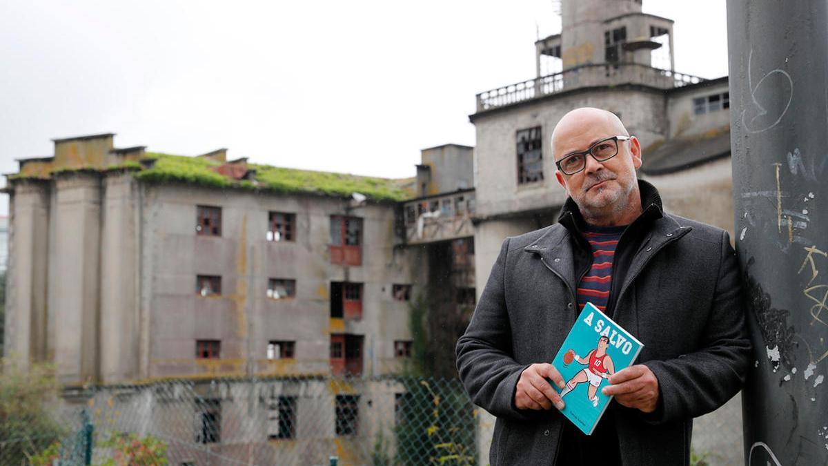 Tomás Alonso, en Vigo, con la biografía de Quino Salvo en las manos