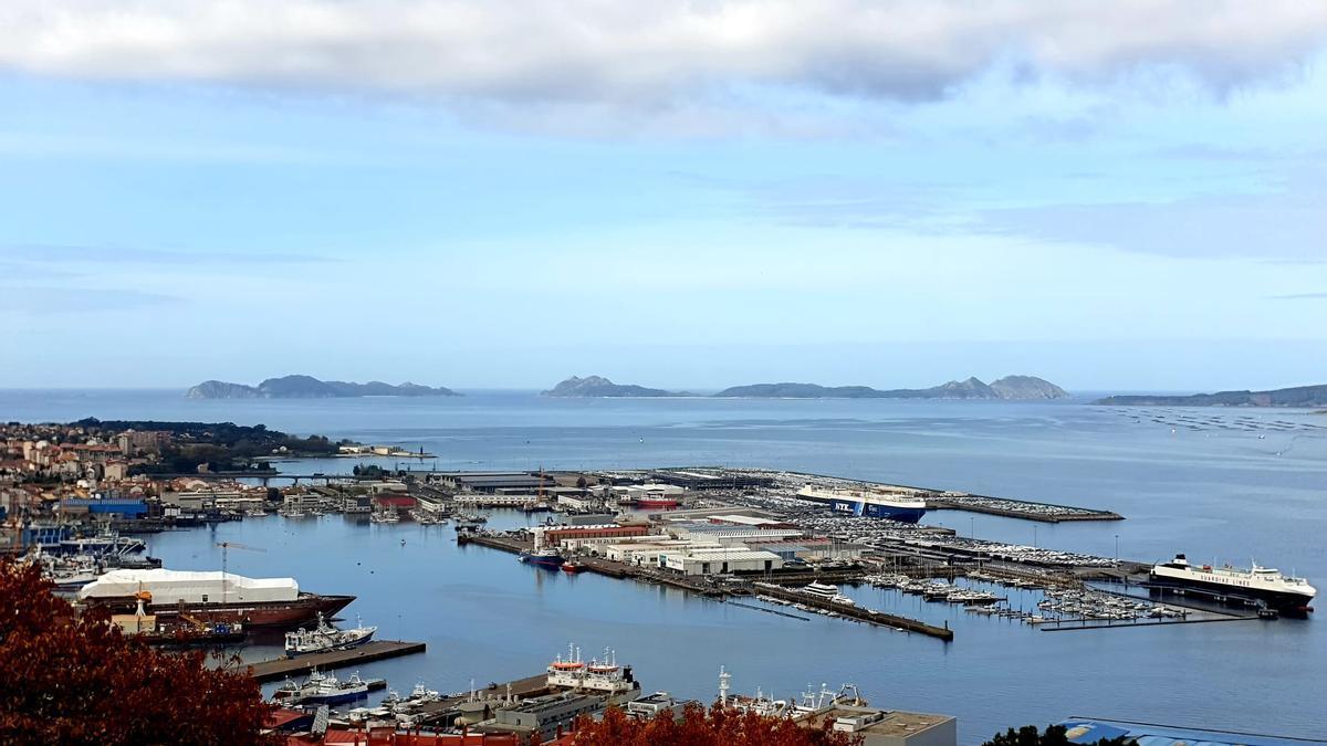Nubes altas  este mediodía sobre la Ría de Vigo, con el cielo despejado en las Islas Cíes.
