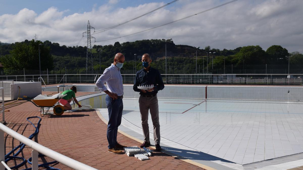 El responsable del Patronato Deportivo Municipal, Virginio Ramírez (izquierda), y el edil de Deportes, Jesús Abad, en las piscinas de la Pola