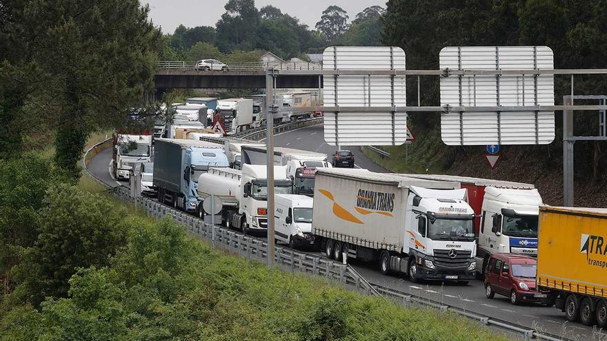 El endurecimiento de los controles en el puente de Tui provoca un caos de tráfico