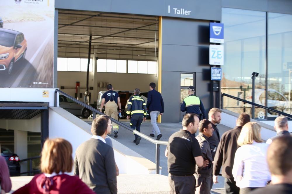 Seis intoxicados en un incendio en un concesionario de coches de Alicante.
