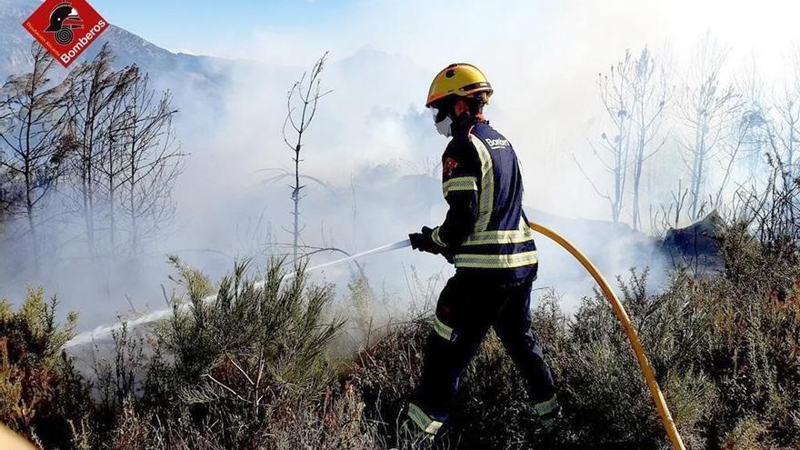 Bomberos sofocan un incendio originado por unas cenizas mal apagadas en Benimantell