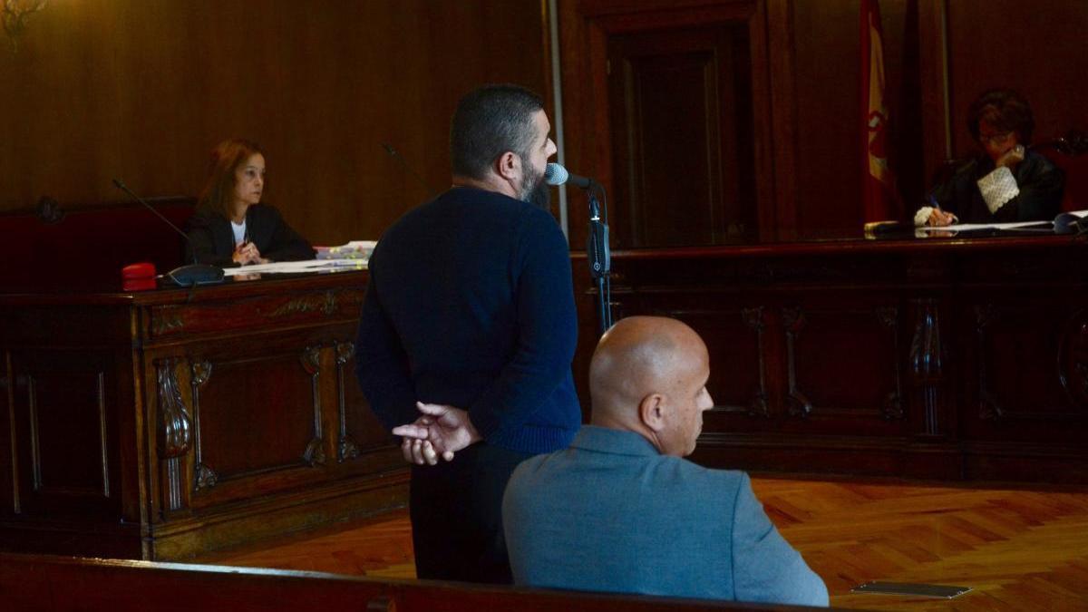 Los acusados, durante el juicio en la Audiencia Provincial. // Rafa Vázquez