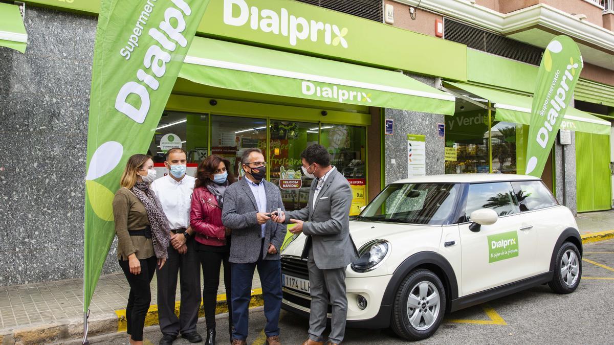 El director de ventas de Dialprix, Antonio Canals, hizo la entrega de llaves a los afortunados.