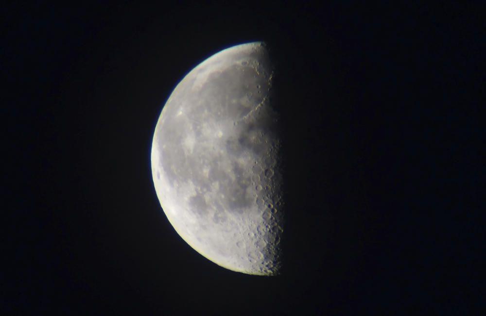 La Lluna. Fotografia enviada pel nostre lector de la lluna en quart minvant. En veura-la il·luminada lateralment, és quan més bé es poden apreciar el detalls de la seva superfície, cràters, etc, per les ombres que projecten.