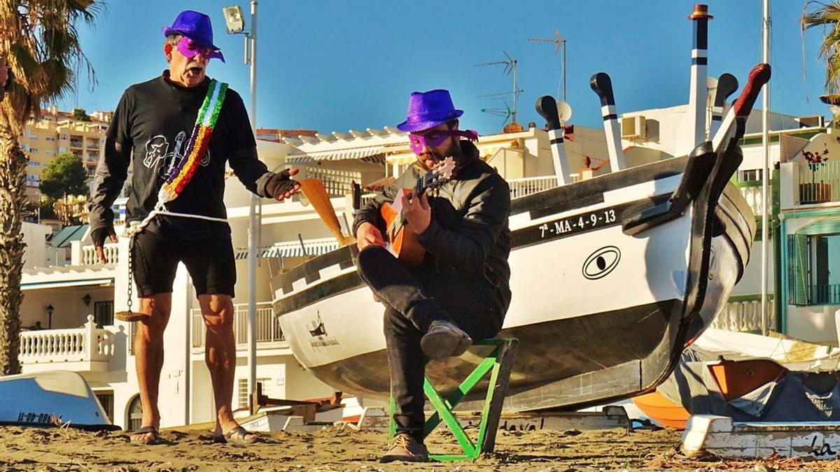 Dos integrantes del grupo flamenco Los Poyayos Enmascaradol durante una grabación.  | LA OPINIÓN