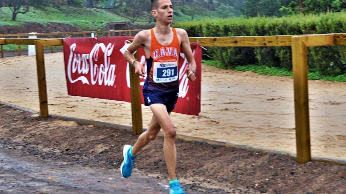 José Antonio Cazorla, atleta sub 23 que logró el triunfo absoluto, en pleno esfuerzo en La Laguna de Valleseco.