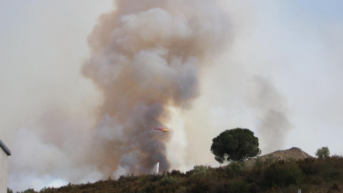 Un helicòpter treballant en l'extinció de l'incendi de Llançà. Imatge del 16 de juliol del 2021. (Horitzontal)