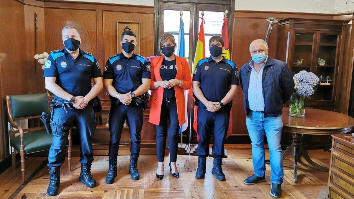 Digna Rivas y Leonardo Cabaleiro, ayer, con los agentes de policía protagonistas de la intervención. / FdV