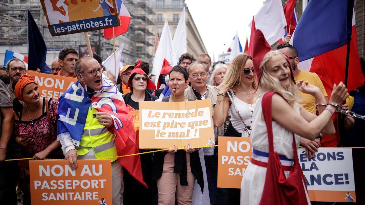 Protesta contra la política de vacunación y las restricciones del Gobierno de Macron.