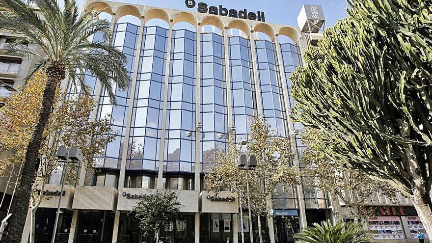 Banco Sabadell ofrece prejubilaciones entre 56 y 62 años y bajas para los trabajadores menores de 50