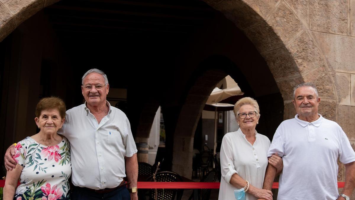 De izquierda a derecha, Leonor y Tomás, Pilar y Francisco. Dos parejas que han roto todos los obstáculos puestos por delante gracias al amor.
