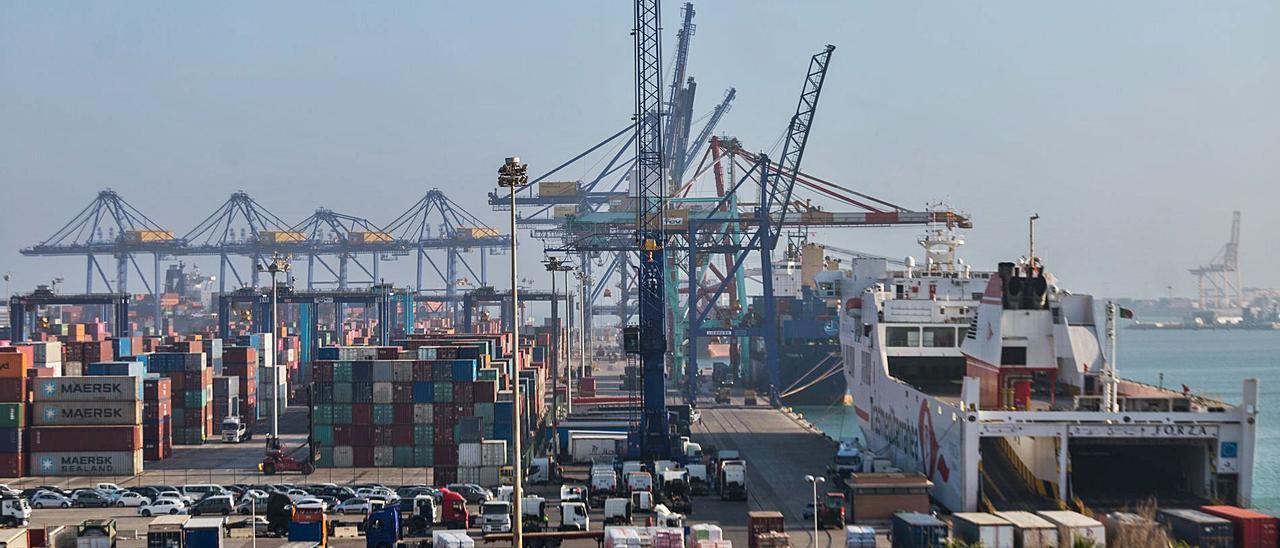 Vista general del muelle de Levante, donde está ubicada APM Terminals, del grupo Maersk. | EDUARDO RIPOLL