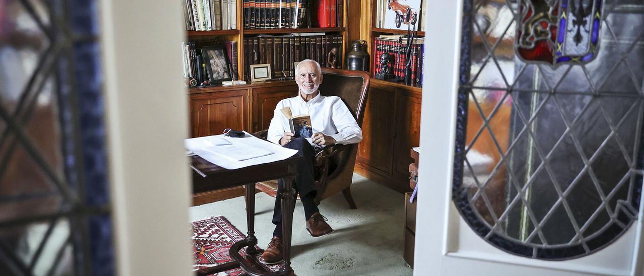 César Caicoya, en la casa familiar de Oviedo.    IRMA COLLÍN