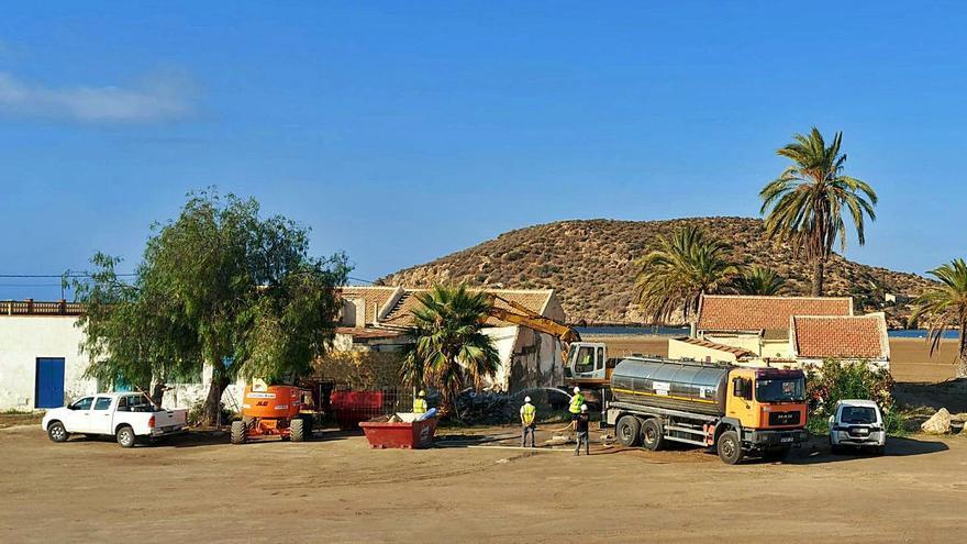Derribo de casas en la playa de la Isla de Mazarrón