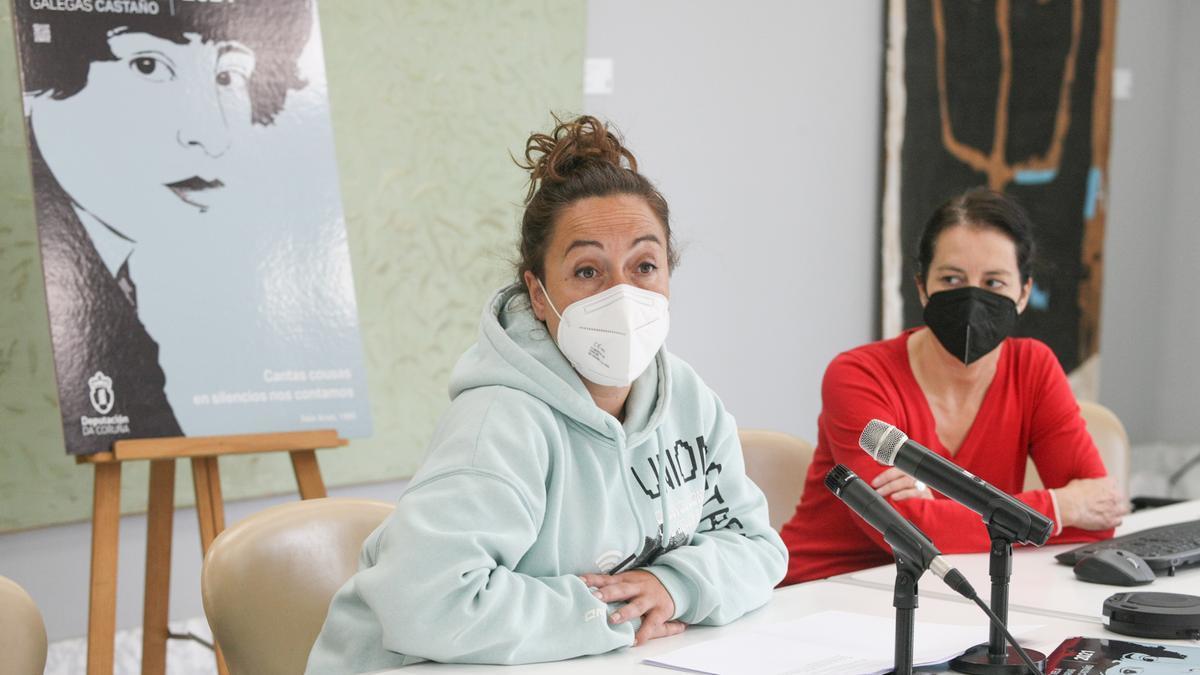 A deputada María Muíño e a traballadora Silvia Seixas, hoxe, na presentación da programación polo Día das Letras Galegas