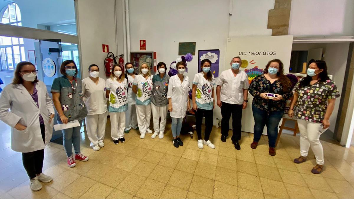 """El equipo de Pediatría y Neonatología reciben el """"Patuco de honor"""" de manos de Ana Valuja."""