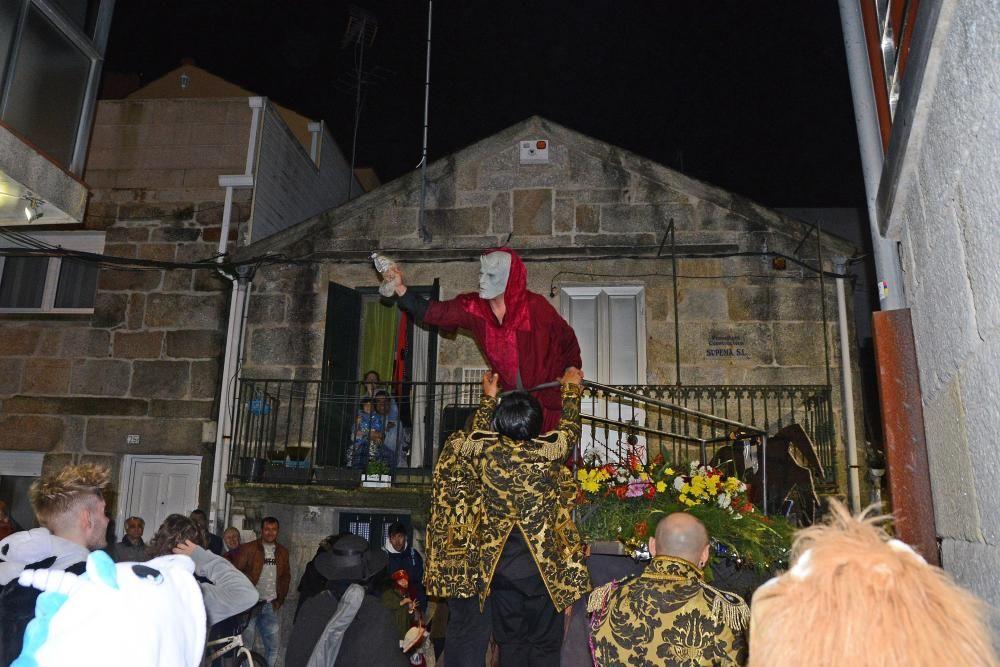 Participantes en el desfile del Momo en Cangas.