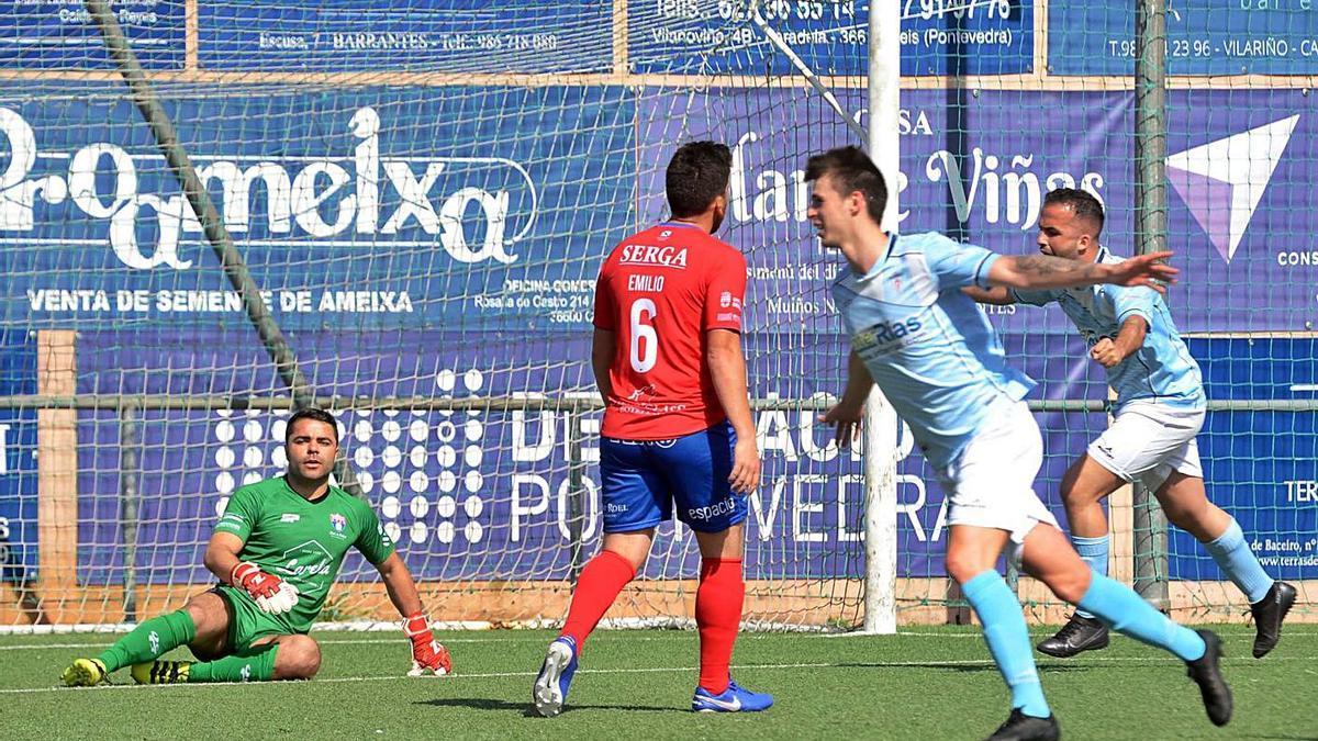 Eloy Fariña celebra el gol anotado ayer en A Bouza y que dio los tres puntos al Villalonga.    // NOÉ PARGA