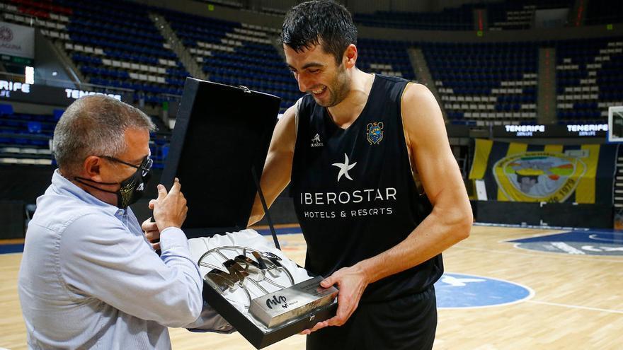 Giorgi Shermadini emocionado en la entrega del premio como mejor jugador