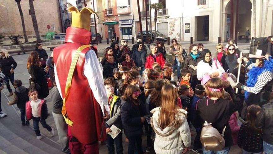 Mascarillas pintadas y disfraces en los colegios y balcones para mantener el espíritu del Carnaval de Pego