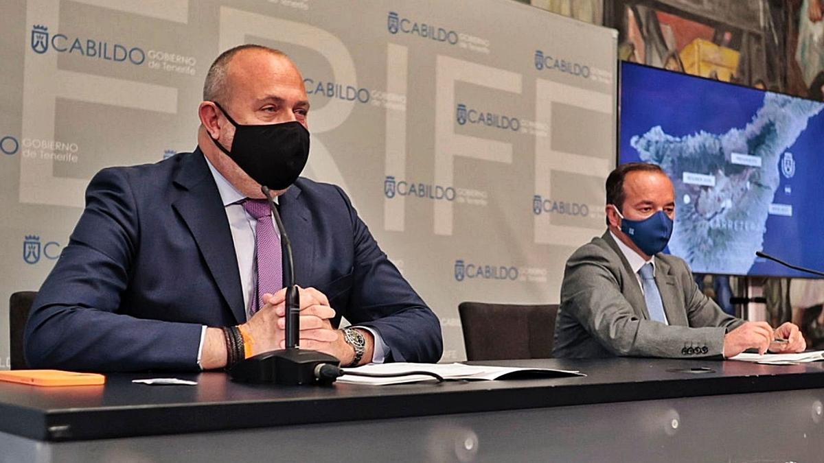 Enrique Arriaga, a la izquierda, y Tomás García durante la rueda de prensa para presentar el balance del área de Carrteras.
