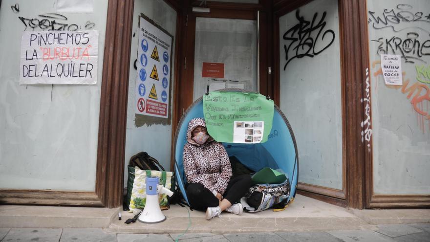 Una mujer con cáncer acampa en Cort y exige una vivienda