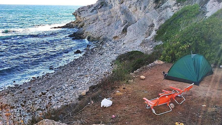 La incívica moda de acampar en las calas  de la Marina Alta