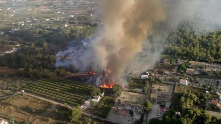 Efectivos aéreos y terrestres trabajan en la extinción de un incendio en Xàbia