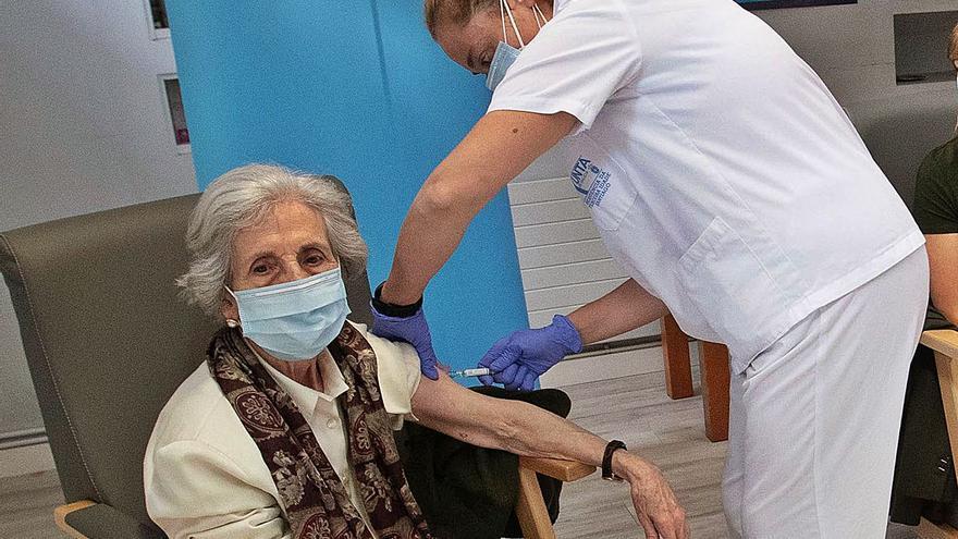 Más de 22.100 mayores de las residencias recibirán la tercera dosis a partir del 4-O