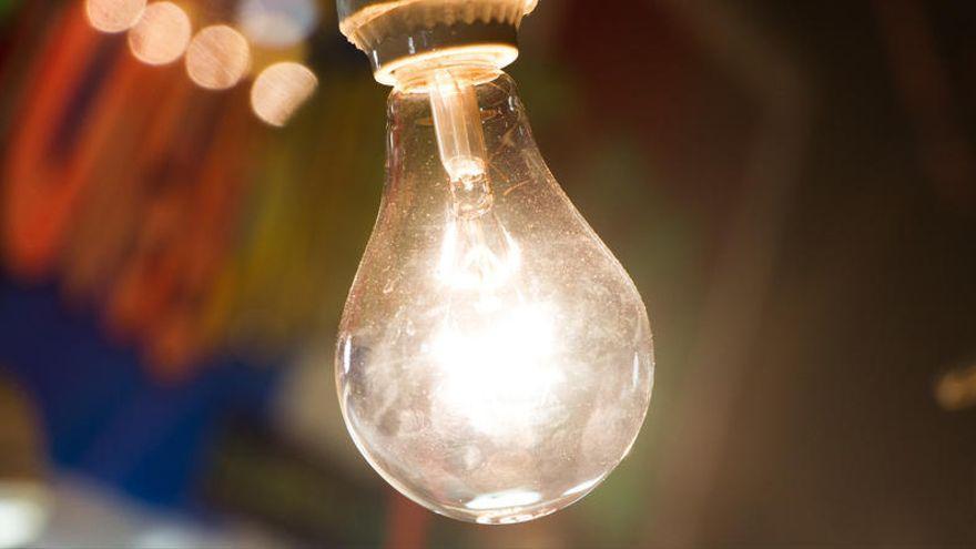 El recibo medio de la luz superará en enero los 83 euros por la subida en pleno temporal