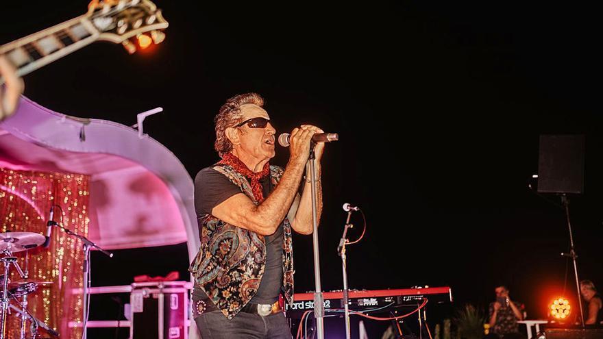 La chulería de Johnny Burning cierra el ciclo dorado Live Shows en Ibiza