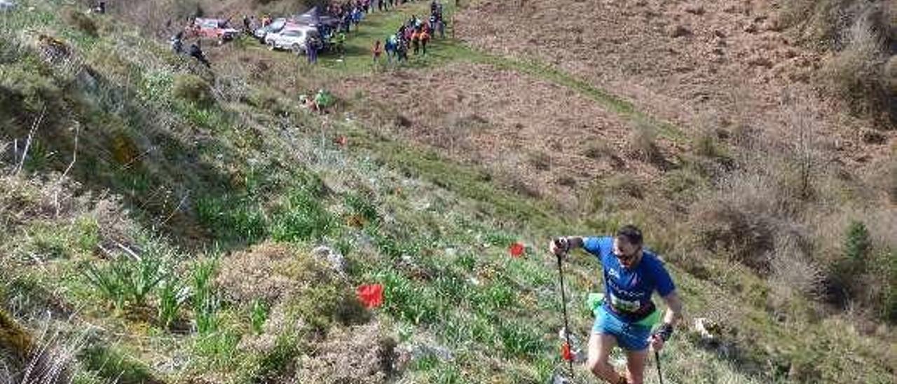 Uno de los corredores de la edición pasada sube la peña Moncó.