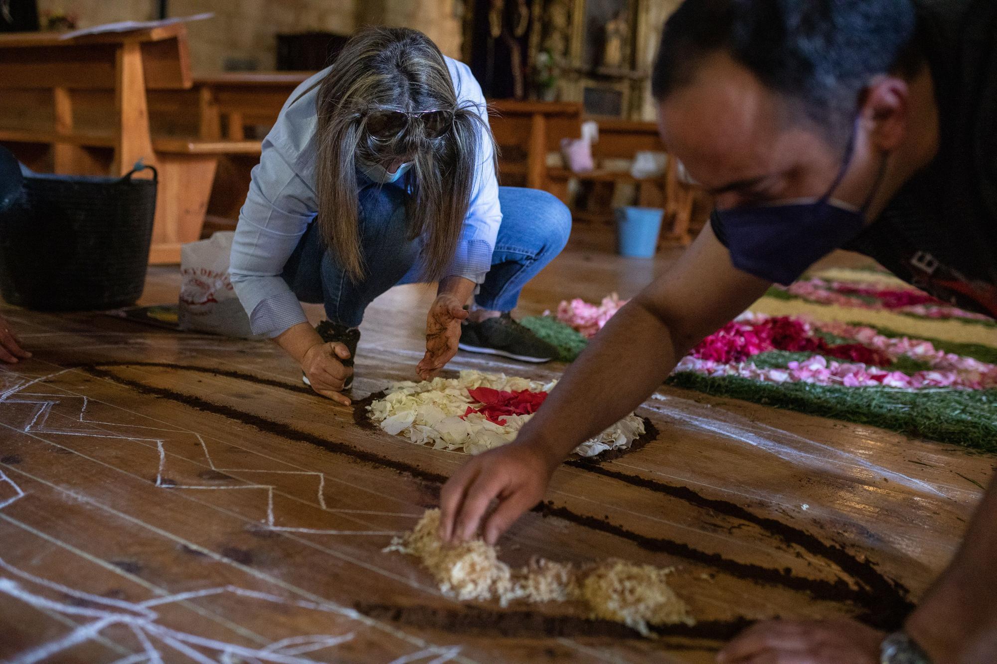 GALERÍA | El Perdigón, en Zamora, prepara la alfombra de flores del Corpus Christi
