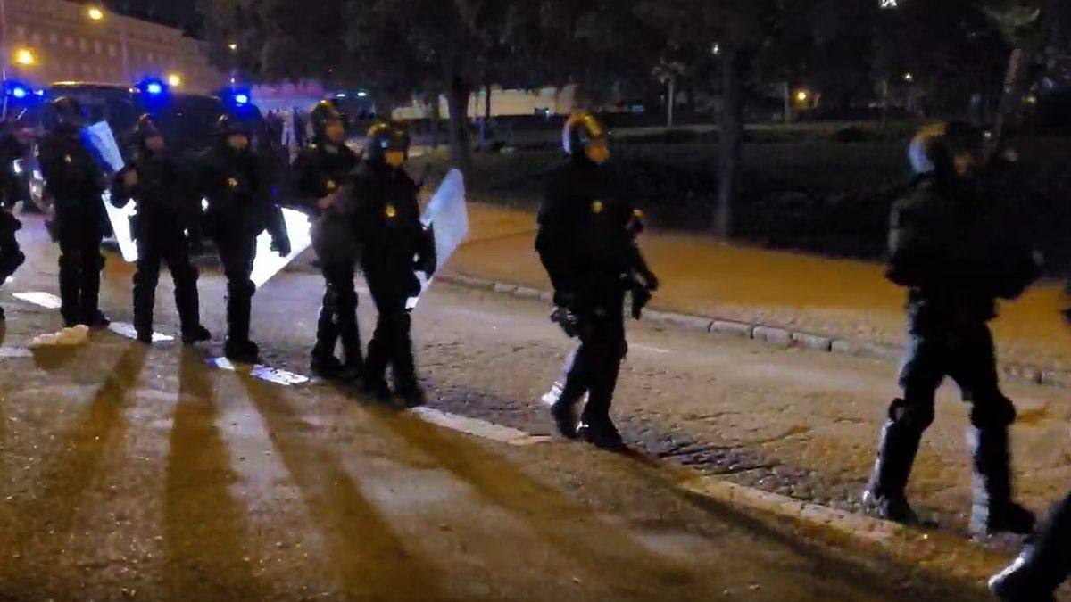 La Policía Nacional desplegada para dispersar a los jóvenes en un botellón de Madrid.