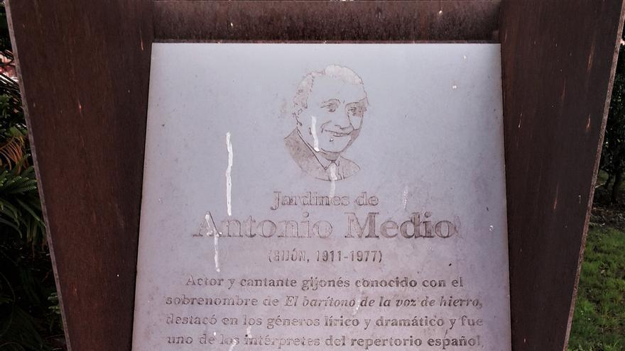 Las placas conmemorativas en Gijón siguen deteriorándose por el vandalismo y la incuria municipal
