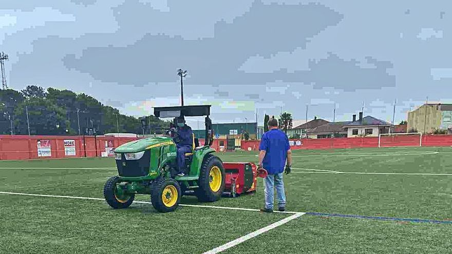 Trabajos de puesta a punto en los campos de fútbol de Silleda