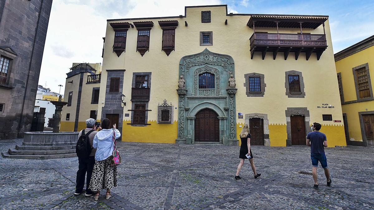 Turistas en el casco histórico de la capital grancanaria el pasado diciembre pese a las restricciones por la pandemia. | | ANDRÉS CRUZ