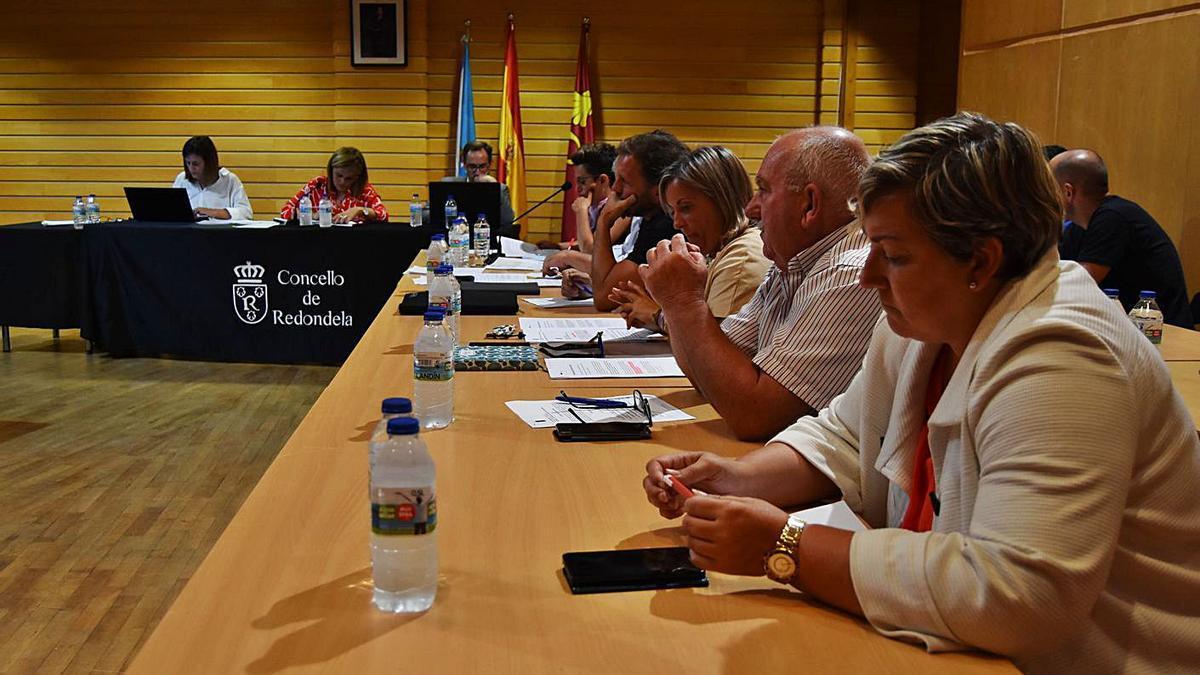 Concejales del grupo municipal socialista de Redondela, durante un pleno de la corporación. |   // FDV