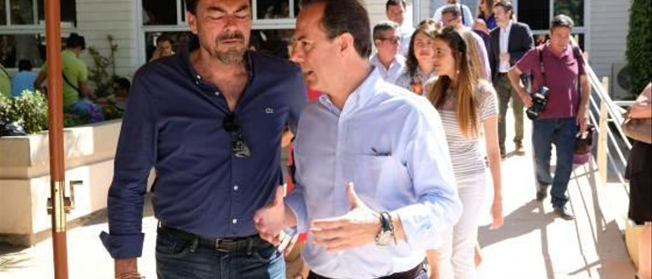 El alcalde junto a Castillo.