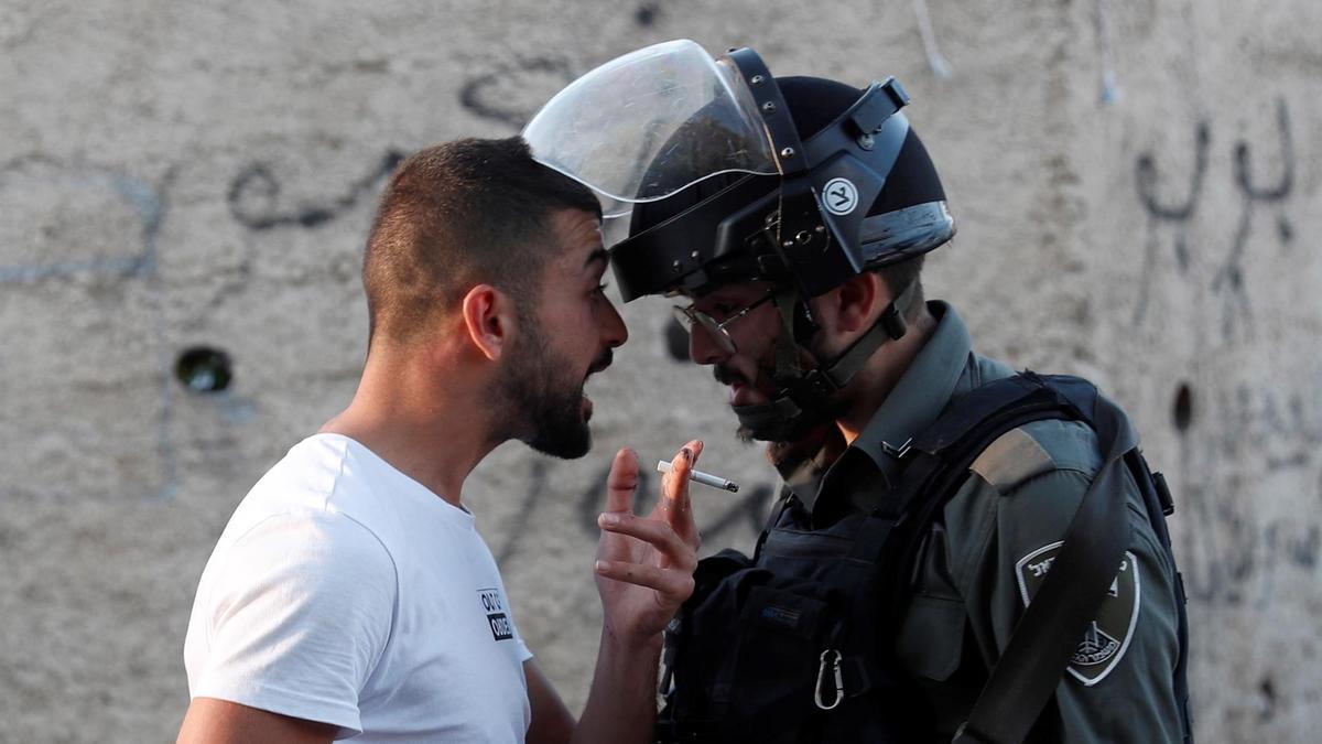 Un palestino discute con un agente israelí este sábado durante una protesta en Sheikh Jarrah, en Jerusalén Este.