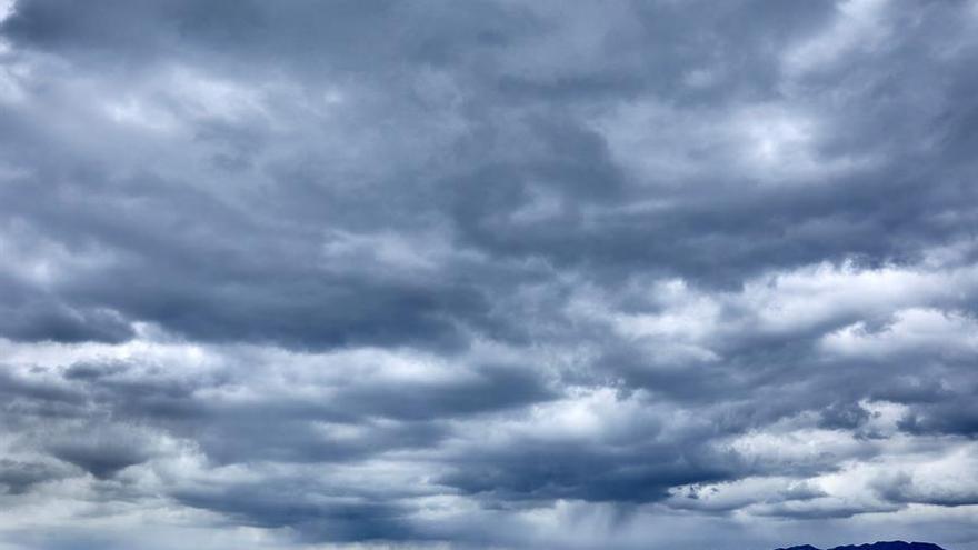Chubascos dispersos, con tormentas en el sur, y mínimas en descenso