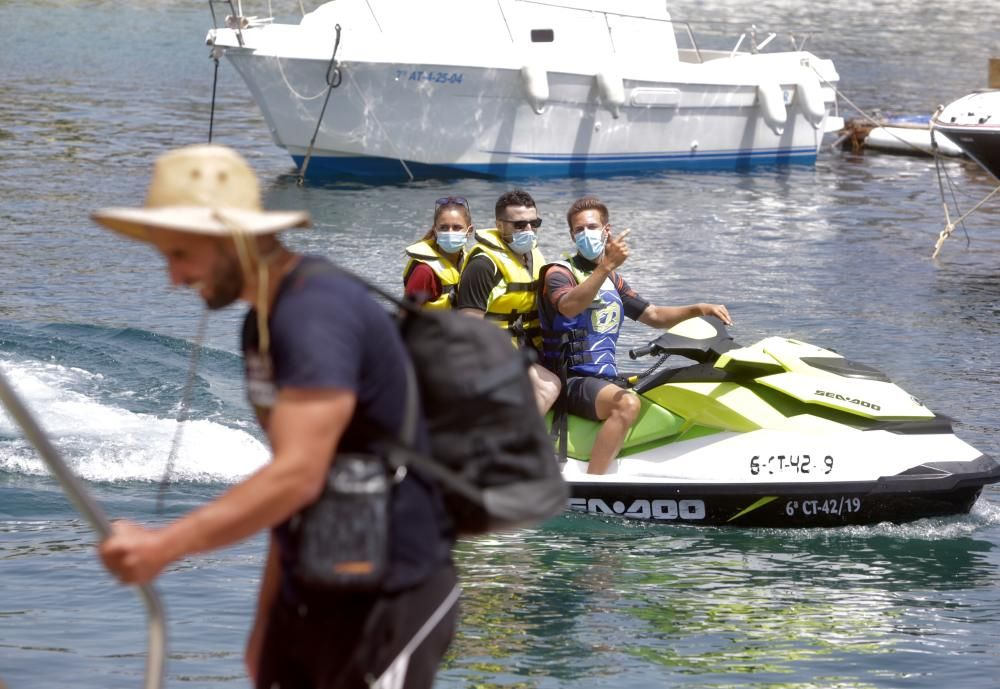 La Guardia Civil la ha localizado a cinco millas de Sierra Helada y en estos momentos están llegando al puerto de la localidad