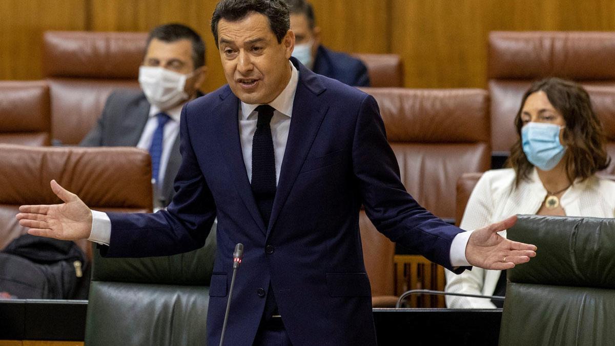 El presidente de la Junta, Juanma Moreno, en la sesión de ayer del Parlamento.