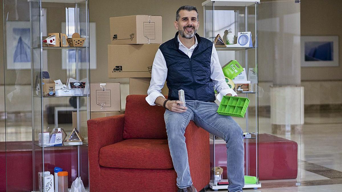 Jesús Pérez, responsable  del proyecto, rodeado de  paquetes y envases. g.caballero