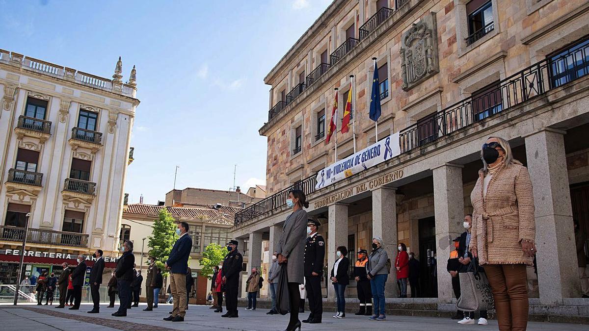 Autoridades durante el minuto de silencio en repulsa del asesinato machista del lunes en León.