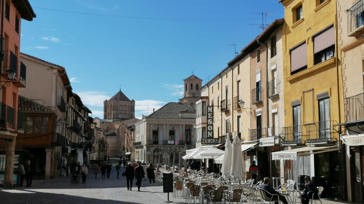 Vecinos pasean por la Plaza Mayor de Toro, epicentro del turismo en la ciudad