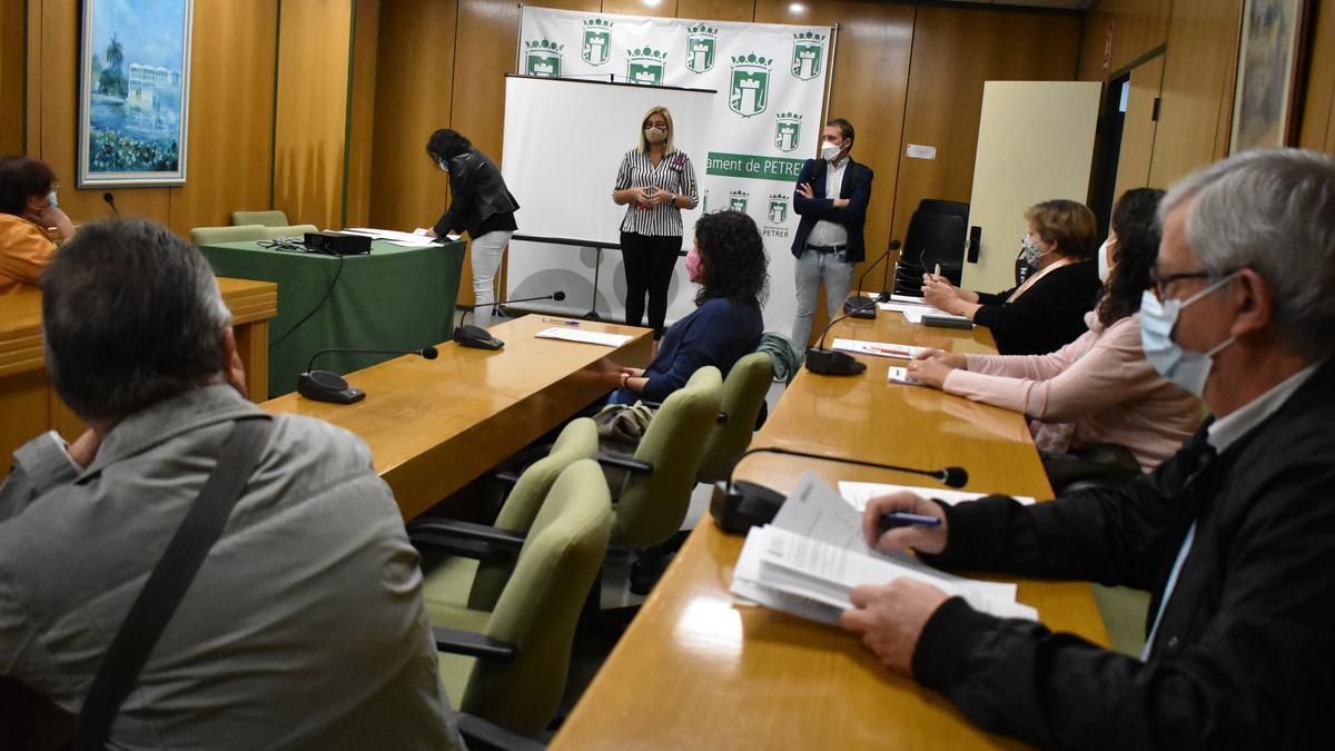 La alcaldesa y el concejal de Desarrollo Económico dando la bienvenida a los nuevos empleados.